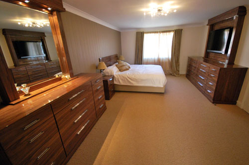 Walnut bedroom with two cabinets in oak with high gloss finish